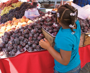 farmers-market-girl-plums